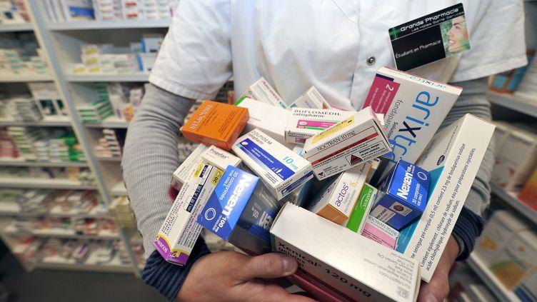 """Une pharmacienne présente, le 1er février 2011 à Lille (Nord), une partie de 77 médicaments placés """"sous surveillance renforcée"""" par l'Afssaps, aujourd'hui appelée l'ANSM. (PHILIPPE HUGUEN / AFP)"""