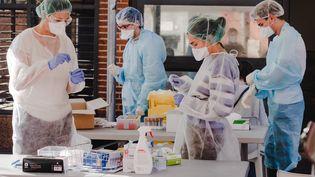 Des soignants effectuent des tests de dépistage du Covid-19, à Toulouse (Haute-Garonne), le 23 septembre 2020. (LILIAN CAZABET / HANS LUCAS / AFP)