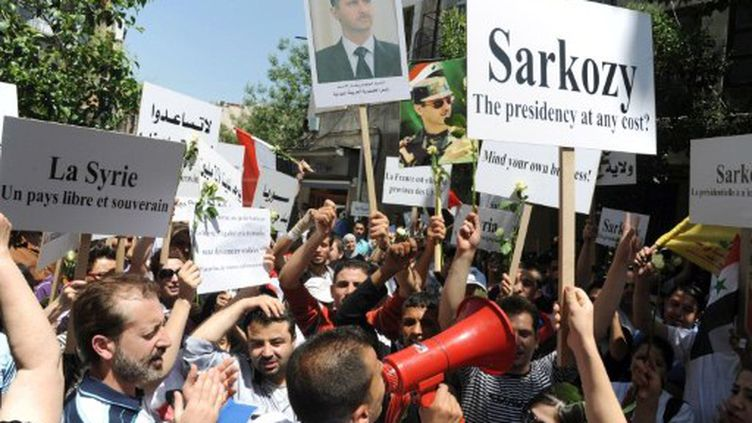 Photo d'archives. Manifestants syriens pro-Assad protestent devant l'ambassade française à Damas, le 10 mai 2011. (Sana - AFP)
