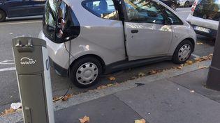 La portière de ce véhicule Autolib a été forcée. (FARIDA NOUAR / RADIO FRANCE)