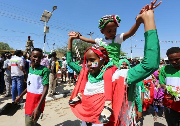 Habitants du Somaliland célébrant, le 18 mai 2015, le 24e anniversaire de l'indépendance (non reconnue au niveau international) de leur territoire. (FEISAL OMAR / X02643)