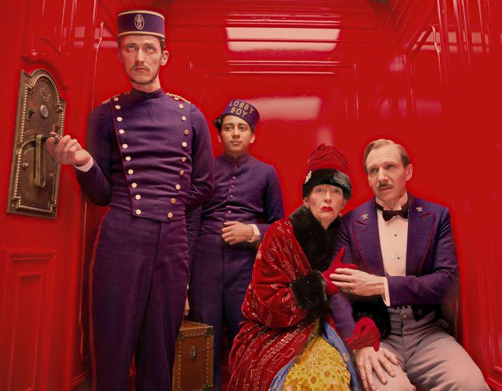 """Dans l'ascenseur de """"The Grand Budapest Hotel"""", les acteurs Paul Schlase, Tony Revolori, Tilda Swinton et Ralph Fiennes ( SCOTT RUDIN PRODUCTIONS / INDI / COLLECTION CHRISTOPHEL VIA AFP)"""