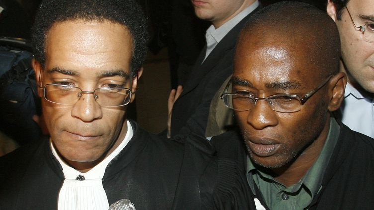 Jean-Claude Durimel (à g.) et Harry Durimel, les avocats de Willy Brigitte, au palais de justice de Paris, le 7 février 2007. (VICTOR TONELLI / REUTERS)