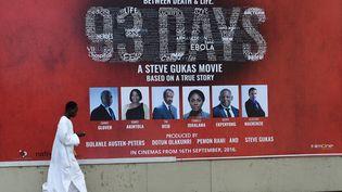 """Une affiche du film nigérian """"93 Days"""" à Lagos en septembre 2016. (PIUS UTOMI EKPEI / AFP)"""
