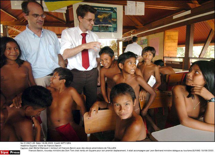 Jean-Michel Blanquer en Guyane, où il occupe le postede recteur, accompagné du ministre de l'Outre-mer François Baroin, le 18 juin 2005. (WITT/SIPA)