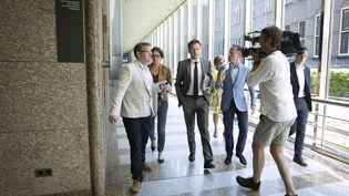 Le président de l'EurogroupeJeroen Dijsselbloem (au centre, en costume gris), le 1er juillet 2015 à la Haye (Pays-Bas). (BART MAAT / ANP / AFP)