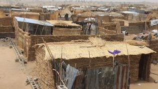 Une vue générale du camp informel de Yawuri, dans la périphérie de Maiduguri, la capitale de l'Etat de Borno, au Nigeria. 2000 personnes, déplacées par les combats, vivent ici. (AUDU MARTE / AFP)