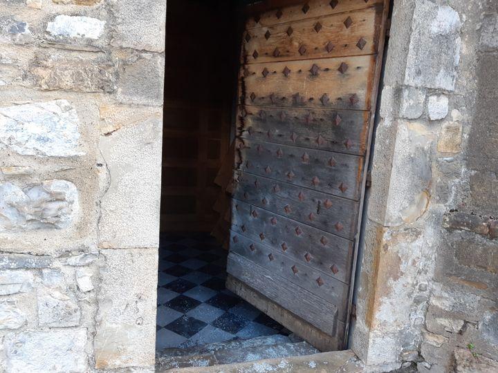 Une voiture-bélier a attaqué une porte secondaire de la cathédrale d'Oloron-Sainte-Marie, dans la nuit du dimanche 3 au lundi 4 novembre 2019. (MAXPPP)