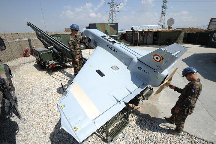 Des soldats français préparant un drone de reconnaissance SDTI dans la province de la Kapisa, en Afghanistan, le 12 septembre 2011. (PASCAL GUYOT / AFP)