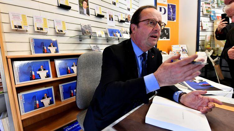 François Hollande lors d'une dédicace de son livre à Tulle le 14 avril 2018. (GEORGES GOBET / AFP)
