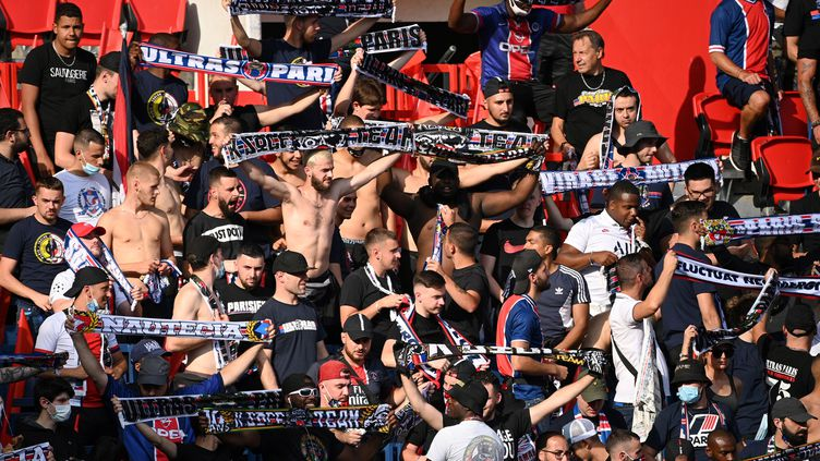 Un groupe de supporters parisiens lors du match amical PSG - Wasseland-Beveren le 17 juillet au Parc des Princes (ANNE-CHRISTINE POUJOULAT / AFP)