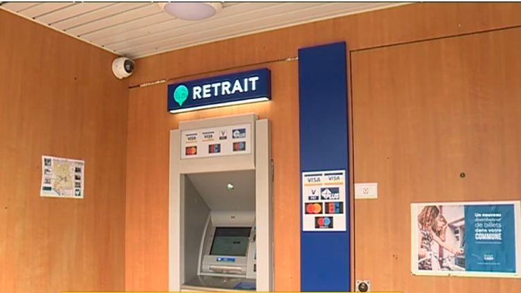 A Locmaria-Plouzané, près de Brest, habitants, commerçants et professionnels disposent désormais du premier distributeur automatique d'argent en France qui n'est affiliéà aucune banque. Objectif : lutter contre la désertification bancaire. (CAPTURE ECRAN / FRANCEINFO)