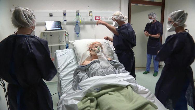 Cette semaine, ce sont 9 infirmiers qui sont formés en vitesse. (FRANCE 3)