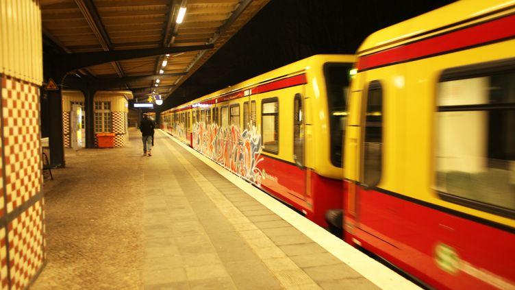 Le S-Bahn, l'équivalent du RER à Berlin, souffre du délabrement de ses installations et de ses équipements. (WOLFRAM STEINBERG / DPA)