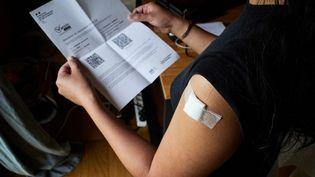 Uneattestation administrative de vaccination Covid-19 avec le QR code permettant de la flasher, le 18 mai 2021, à Montaigu (Vendée). (MATHIEU THOMASSET / HANS LUCAS / AFP)