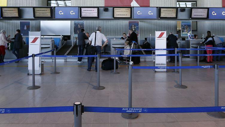 """Les autorités aéroportuaires ont indiqué dimanche 30 juillet que l'agresseur présumé était un """"agent d'une société de sous-traitance"""". (VALERY HACHE / AFP)"""