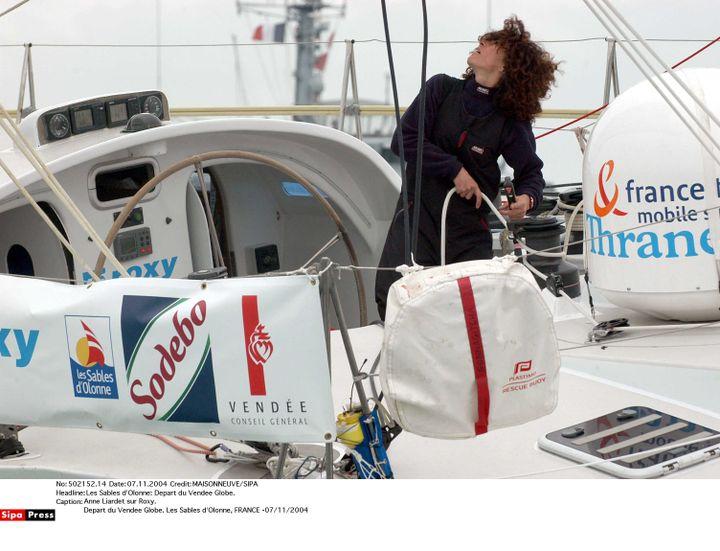 """La navigatrice Anne Liardet à bord de son monocoque """"Roxy"""", lors du Vendée Globe 2004-05. (MAISONNEUVE / SIPA)"""