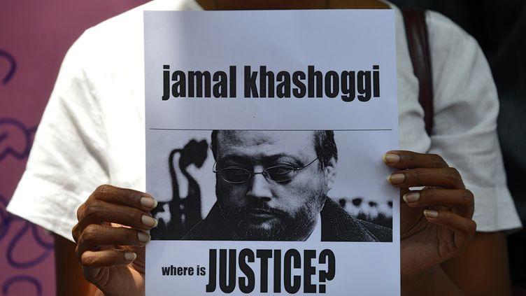 """Un homme tenant une photo deJamal Khashoggi, avec la légende """"où est la justice ?"""", le 25 octobre 2018 au Sri Lanka. (LAKRUWAN WANNIARACHCHI / AFP)"""