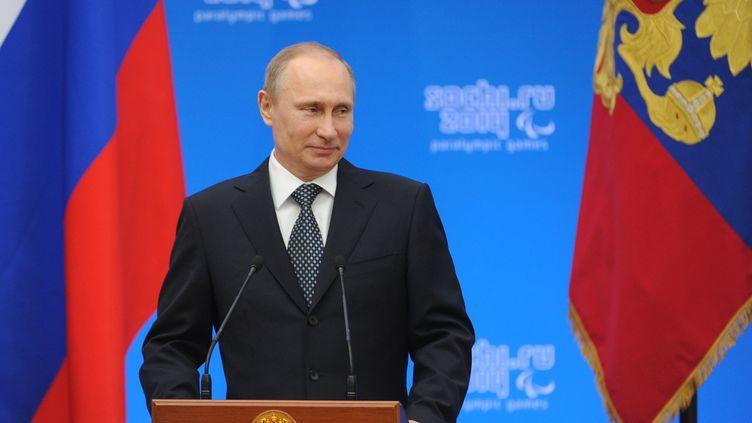 Le président russe Vladimir Poutine, le 17 mars 2014, lors d'une cérémonie de remise de médailles, à Sotchi (Russie). (MICHAEL KLIMENTYEV / RIA NOVOSTI / AFP)