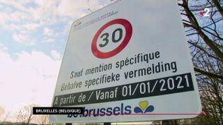 Peut-on imaginer devoir rouler à 30 km/h dans une ville? Nos voisins belges viennent de franchir le pas. Désormais, dans quasiment toute l'agglomération bruxelloise, il n'est plus possible de dépasser cette limite autorisée. (France 2)