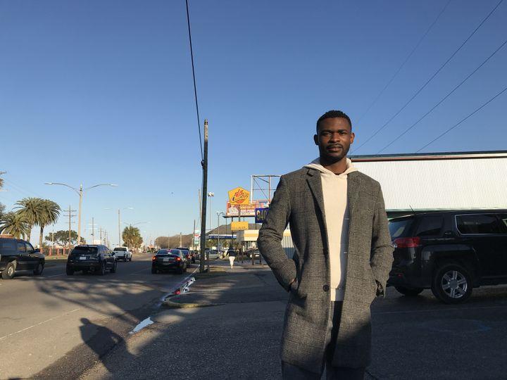 Raymond Price, jeune journaliste néo-orléanais, en plein quartier afro, sur Chef Menteur Highway. (Ludovic Pauchant / Radio France)