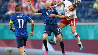 Ondrej Duda(Slovaquie) etKamil Gli (Russie), lors du match de la deuxième journée du groupe E de l'Euro 2021, lundi 14 juin 2021. (KIRILL KUDRYAVTSEV / POOL)