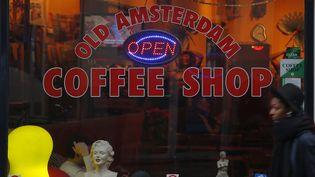 Un coffee shop à Amsterdam (Hollande). (ALEXANDER KLEIN / AFP)