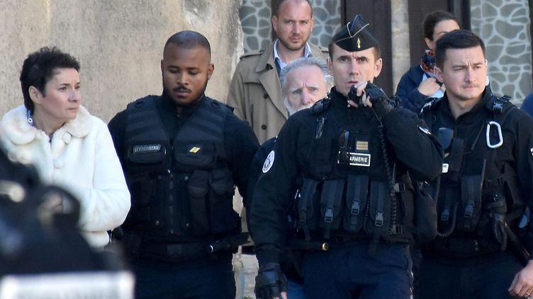 Michel Fourniret entouré de policiers lors de la reconstitution dansl'affaire Joanna Parrish à Monéteau (Yonne) le 25 septembre 2018. (BONNAUD CINDY / MAXPPP)