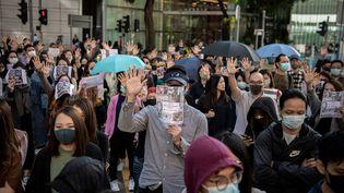 Des manifestants prodémocratie se sont rassemblés,dans la région de Kwun Tong, à Hong Kong, le 27 novembre 2019. (NICOLAS ASFOURI / AFP)