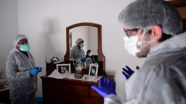 Des soignants rendent visite à des malades du coronavirus, le 27mars 2020, à Bergame (Italie). (PIERO CRUCIATTI / AFP)