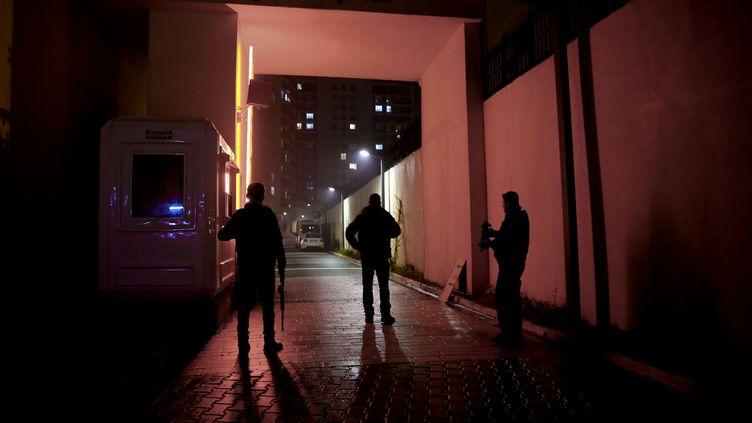 Les mesures de sécurité policières prises le 16 janvier dans le quartier d'Esenyurt à Istanbul, lors de l'arrestation d'Abdulgadir Masharipov, le principal suspect de l'attentat du Nouvel An dans une discothèque de la ville. (ABDULLAH COSKUN / ANADOLU AGENCY)