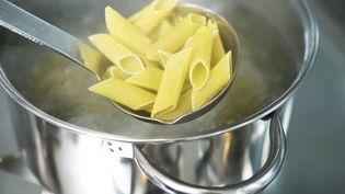 Des pâtes dans une casserole d'eau bouillante. Photo d'illustration. (LAURENCE MOUTON / MAXPPP)