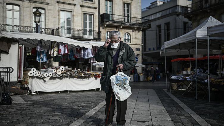 Un homme âgé portant un masque, au marché de Libourne (Gironde), le 30 octobre 2020. (PHILIPPE LOPEZ / AFP)