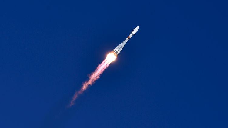 La fusée Soyouz dans le ciel du nouveau cosmodrome Vostotchny, dans l'Extrême-Orient russe, jeudi 28 avril. (REUTERS)