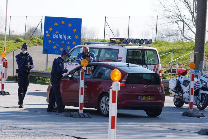 Un contrôle de police à la frontière franco-belge, le 26 mars 2020, près de Lille. (SYLVAIN LEFEVRE / HANS LUCAS / AFP)