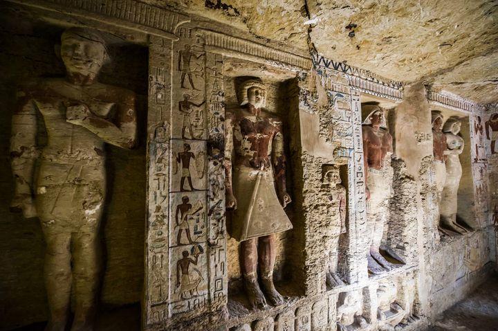 Les membres de la famille du prêtre ont été représentés dans des niches à l'intérieur de la tombe découverte à Saqqara (15 décembre 2018)  (Khaled Desouki / AFP)