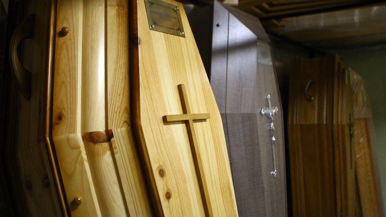 Des cercueils dans une société de pompes funèbres en Alsace (illustration). (MAXPPP)
