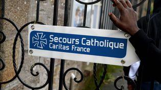 Le logo du Secours catholique sur un centre d'accueil et d'orientation de migrants à Cancale (Ille-et-Vilaine), le 17 novembre 2016. (MAXPPP)