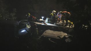 Des secours viennent en aide aux blessés après un accident de train survenu entre Namur et Lège, en Belgique, dans la nuit du 5 au 6 juin 2016. (JOHN THYS / AFP)
