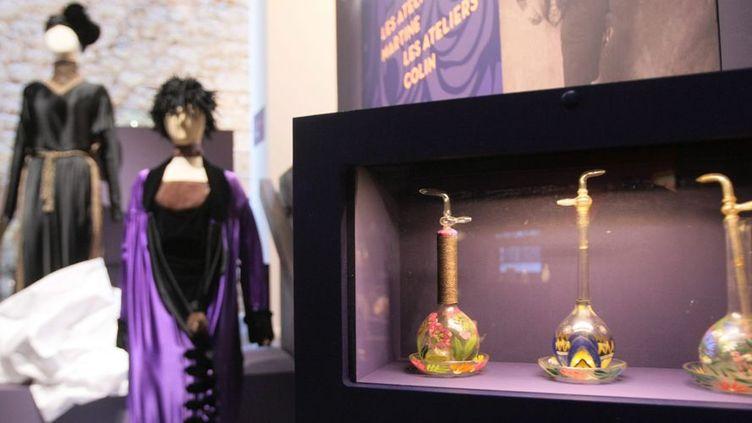 Flacons de parfum et robes à l'exposition Paul Poiret, au Musée international de la Parfumerie de Grasse (6 juin 2013)  (PhotoPQR / Nice Matin / Alain Brun Jacob)