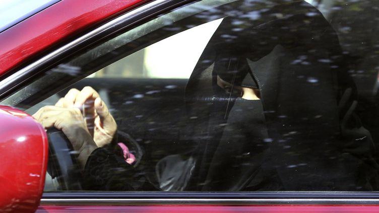 Une femme conduit sa voiture en Arabie saoudite, le 22 octobre 2013. (FAISAL NASSER / REUTERS)