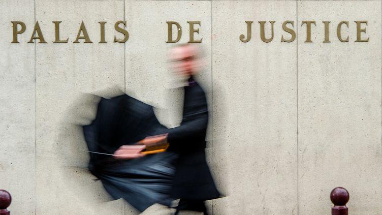 Un homme passe devant le palais de justice de Lille (Nord), le 27 janvier 2015. (PHILIPPE HUGUEN / AFP)