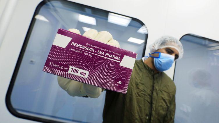 Un laborantin montre une boîte de Remdesivir dans les locaux du groupe pharmaceutique Eva Pharma, au Caire (Egypte), le 25 juin 2020. (AMR ABDALLAH DALSH / REUTERS)