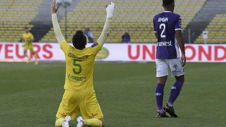 Pedro Chirivella, milieu de terrain nantais célèbre le maintien du FC Nantes en première division à l'issue du match barrage retour contre le Toulouse FC. (SEBASTIEN SALOM-GOMIS / AFP)