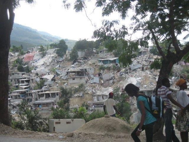 Un bidonville effondré sur les hauteurs de Port-au-Prince après le séisme du 12 janvier 2010 (Photo Jacques Marie)