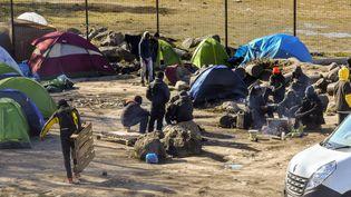 Un groupe de migrants proche de Calais, le 8 mars 2018. (PHILIPPE HUGUEN / AFP)