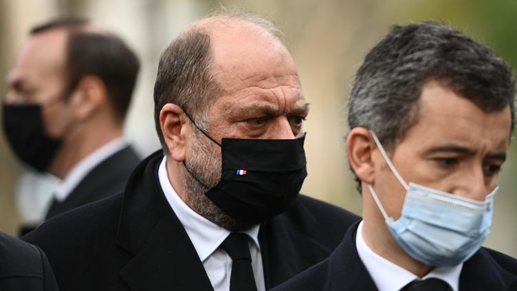 Les ministres de la Justice et de l'Intérieur, Eric Dupond-Moretti et Gérald Darmanin, lors des commémorations des attentats du 13-Novembre, le 13 novembre 2020 à Paris. (CHRISTOPHE ARCHAMBAULT / AFP)