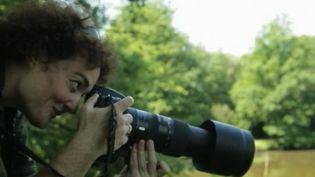 France 2 s'est intéressée aux photographes animaliers. Ces passionnés sont capables de se fondre dans la nature, sans bouger pendant plusieurs heures. Ils attendent l'instant parfait pour capturer sur pellicule la faune et la flore. (FRANCE 2)