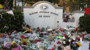 Des fleurs et bougies déposées devant le lycée Marjory Stoneman Douglas à Parkland, en Floride (Etats-Unis), le 27 février 2018. (RHONA WISE / AFP)