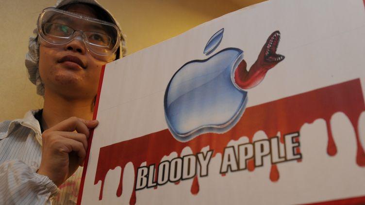 Des manifestants dénoncent les pratiques du géant taïwanais Foxconn, en marge de l'assemblée générale de l'entreprise, le 18 mai 2011 à Hong Kong. (MIKE CLARKE / AFP)
